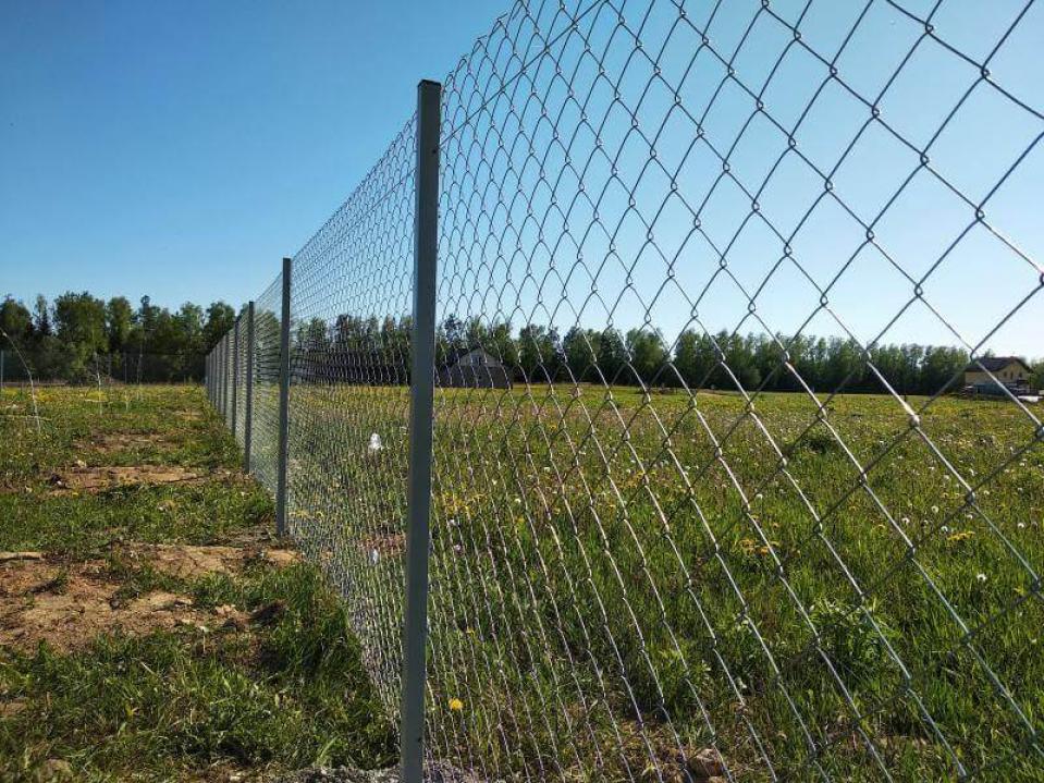 Что выбрать, забор из сетки-рабицы или профнастила