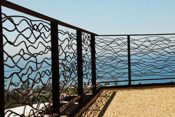 забор на берегу моря