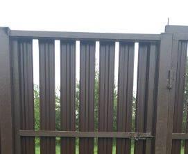 забор из двустороннего металлического штакетника обычный порядок