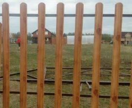 забор из металлического штакетника имитация дерева обычный порядок