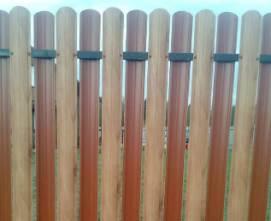 забор из металлического штакетника имитация дерева шахматный порядок