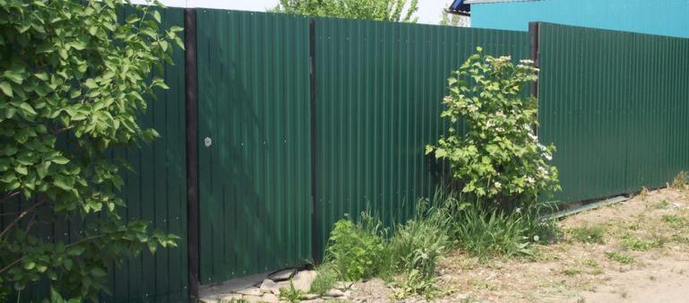 Можно ли ставить глухой забор между участками и соседями в частном доме и на даче в деревне в СНТ по закону 2020