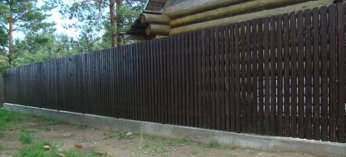 Забор из евроштакетника на ленточном фундаменте